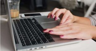 Bàn phím laptop rất dễ bị bám bụi bẩn gây kẹt hay liệt nút